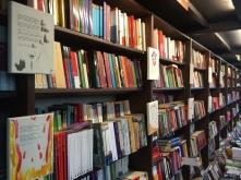 Libros Colgados en estantería Librería Proteo